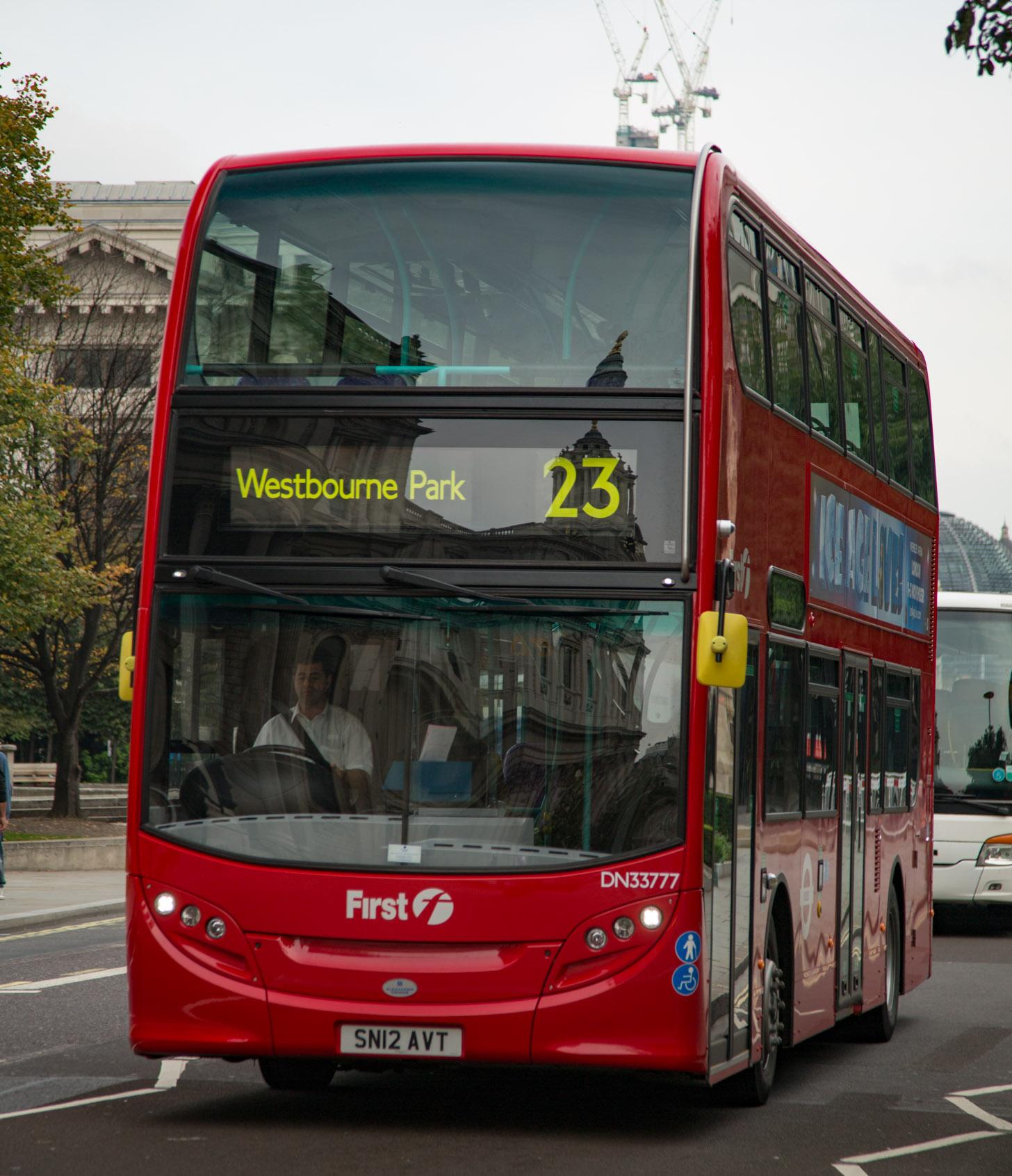 Een rode dubbeldekker bus in Londen